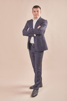 Bel homme d'affaires portant un costume gris