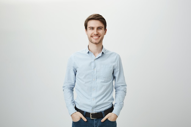 Bel homme d'affaires prospère souriant