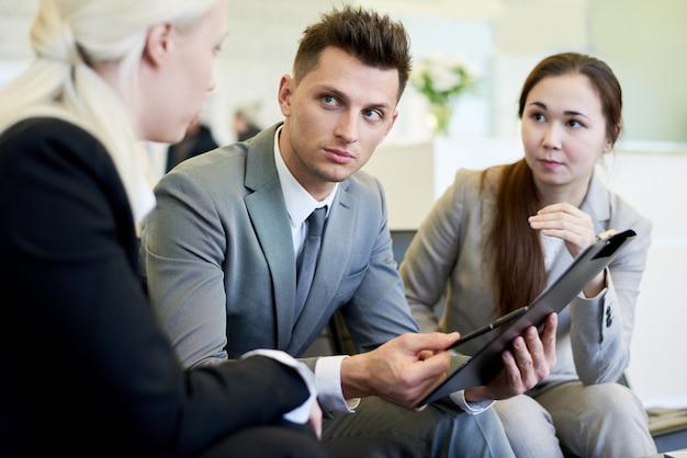 Bel homme d'affaires en réunion