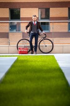 Bel homme d'affaires et son vélo