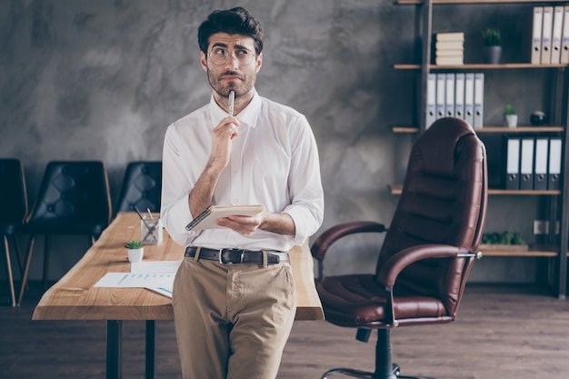 Bel homme d'affaires travaillant au bureau