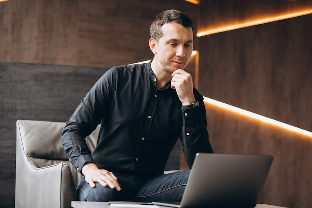 Bel homme d'affaires travaillant sur ordinateur au bureau