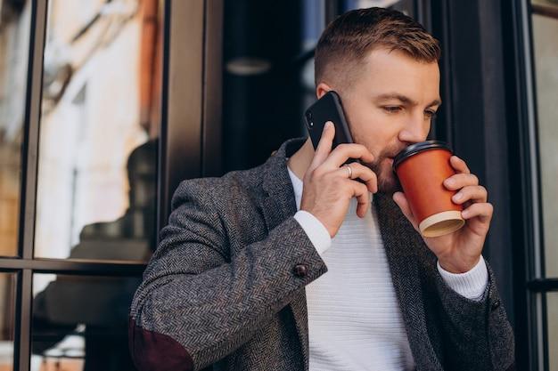 Bel homme d'affaires travaillant sur ordinateur portable au café