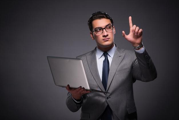Bel homme d'affaires travaillant sur un ordinateur portable