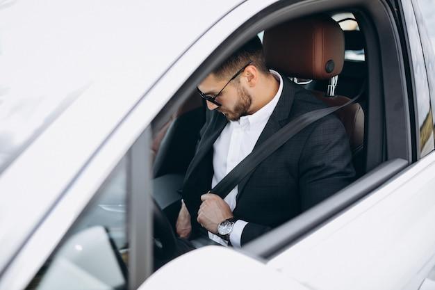 Bel homme d'affaires voyageant dans une voiture