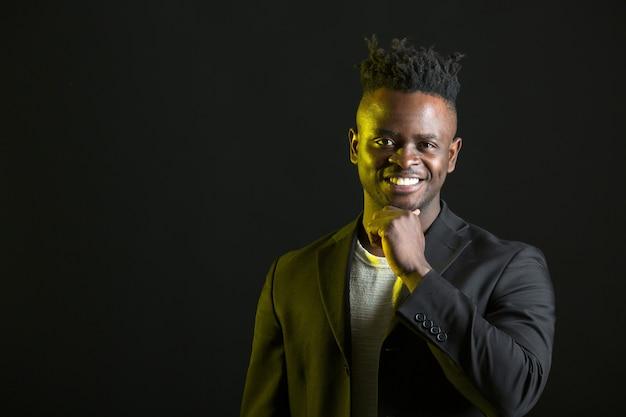 Bel homme africain en costume