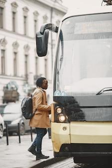 Bel homme afro-américain dans une ville d'automne