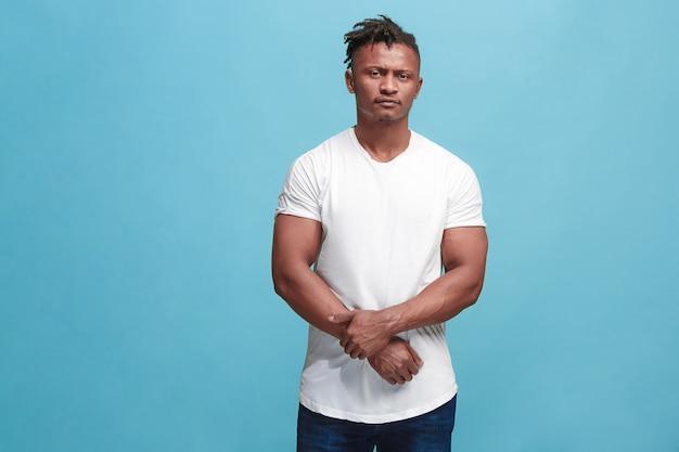 Bel homme afro-américain à la surprise et perplexe isolé sur rose