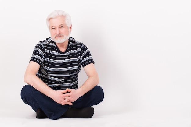 Bel homme âgé assis