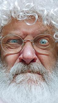 Bel homme âgé sceptique et nerveux, fronçant les sourcils bouleversé à cause du problème.