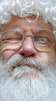 Bel homme âgé sceptique et nerveux, fronçant les sourcils contrarié à cause du problème.