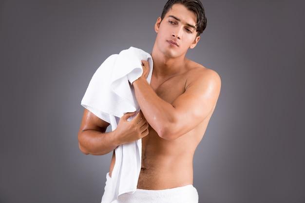 Bel homme après la douche matinale