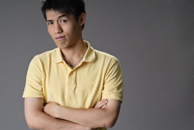 Bel homme asiatique avec une drôle d'expression
