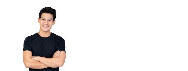 Bel homme asiatique en t-shirt noir décontracté avec les bras croisés
