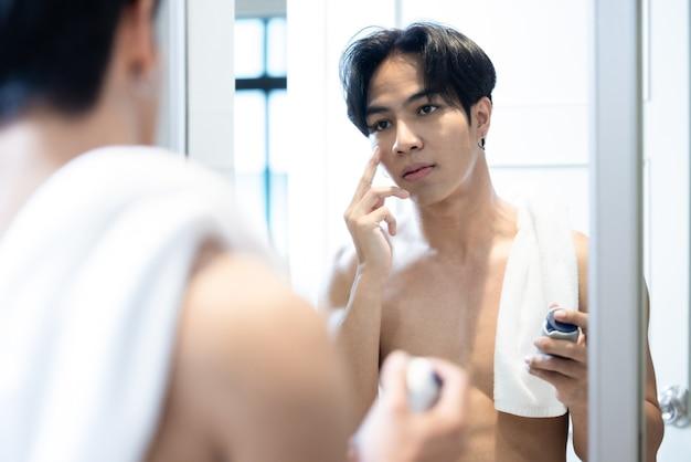 Bel homme asiatique torse nu dans la chambre
