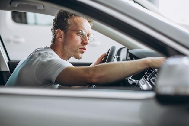 Bel homme assis dans une voiture