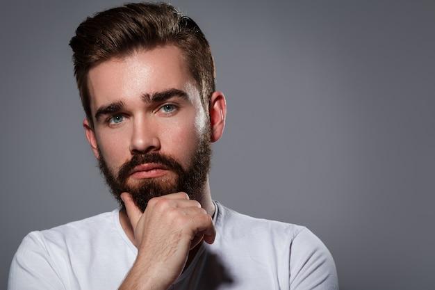 Bel homme avec une barbe
