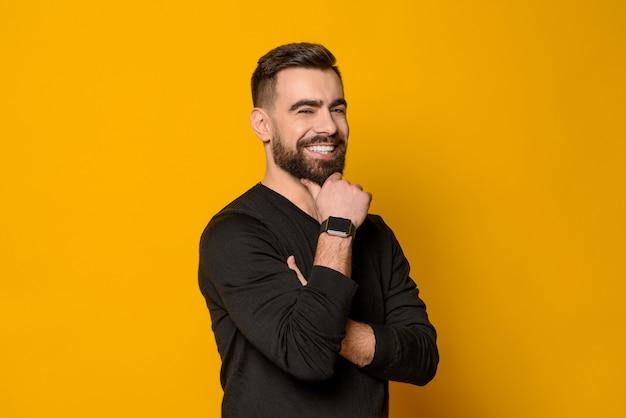 Bel homme barbu confiant souriant isolé