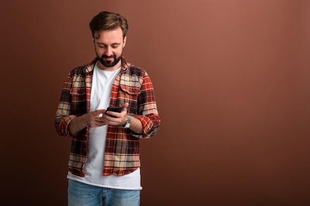 Bel homme barbu hipster élégant sur brun