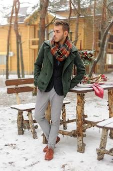 Bel homme barbu un jour d'hiver
