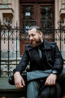 Bel homme barbu avec moustache dans la rue. concept movember