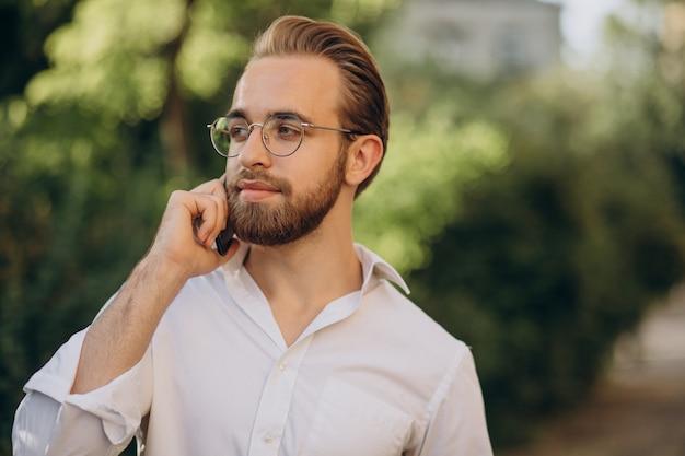Bel homme barbu parlant au téléphone