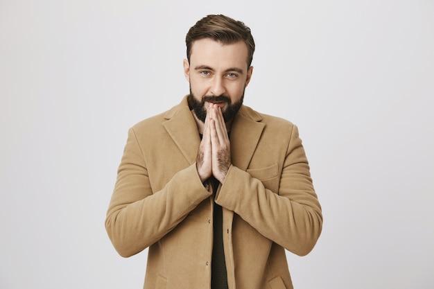 Bel homme barbu réchauffe les mains par temps froid