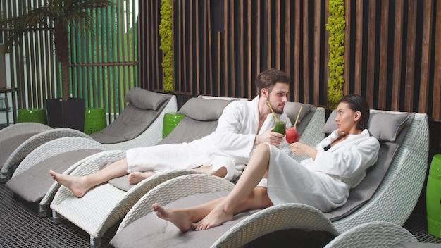 Bel homme et une belle femme se détendent au spa en buvant des cocktails sans alcool