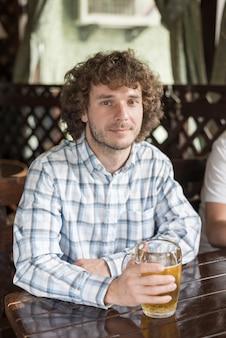 Bel homme avec de la bière dans un bar sympa