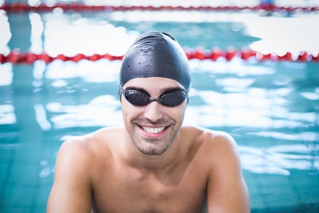 Bel homme, bonnet de bain, et, lunettes protectrices, à, les, piscine