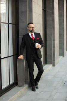 Bel homme brune barbu en chemise noire