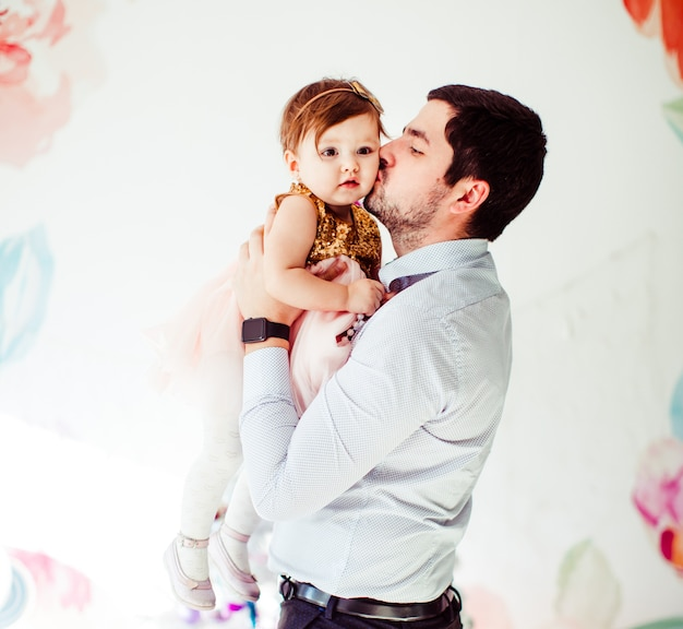 Bel homme brune embrasse tendre petite fille