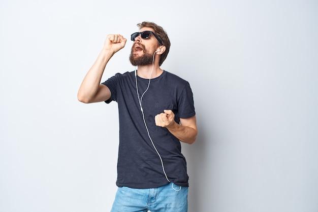 Bel homme casque lunettes de soleil musique danse amusant fond isolé