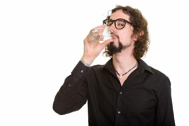 Bel homme caucasien, eau potable isolée