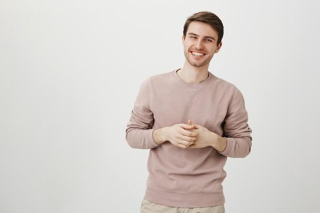 Bel homme caucasien, parler et rire