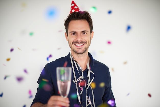 Bel homme célébrant le nouvel an