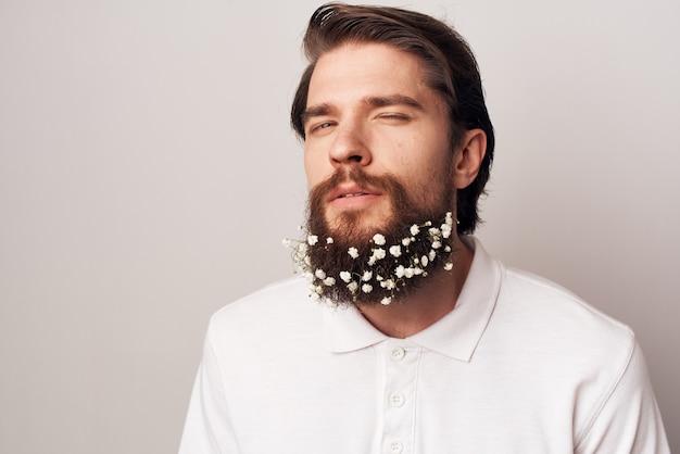 Bel homme en chemise blanche émotions barbe fleurs écologie