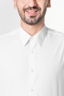 Bel homme en chemise blanche se bouchent