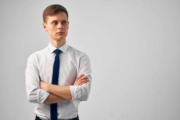 Bel homme en chemise avec cravate posant office manager