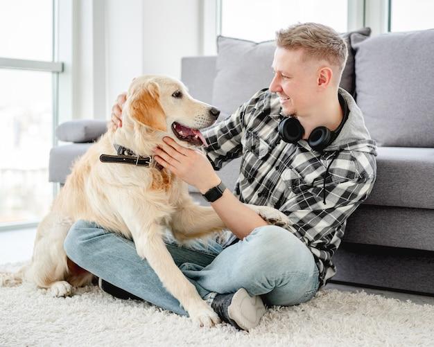 Bel homme avec chien mignon
