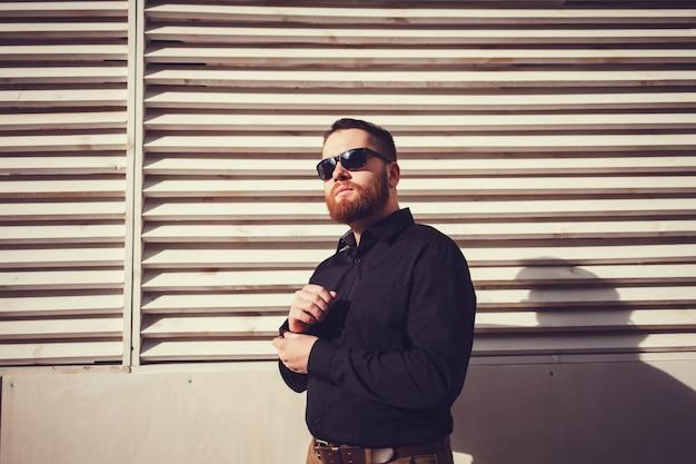 Bel homme confiant avec barbe