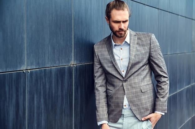 Bel homme en costume à carreaux gris