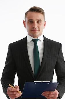 Bel homme en costume et cravate regarde dans la poitrine de la caméra