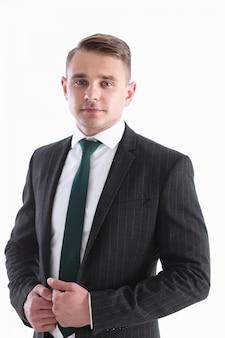 Bel homme en costume et cravate regarde à huis clos