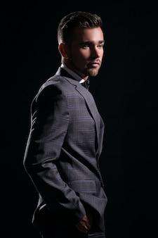 Bel homme en costume
