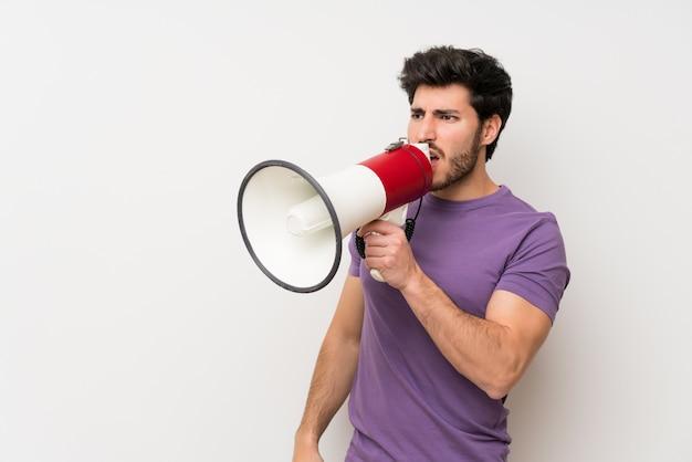 Bel homme criant à travers un mégaphone