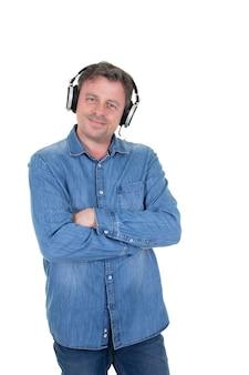 Bel homme debout dans les écouteurs, écouter de la musique