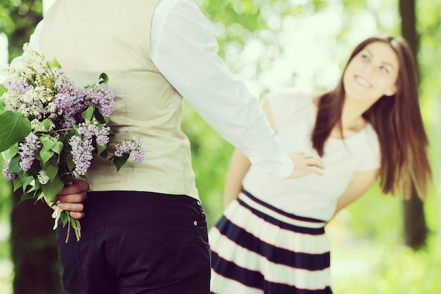 Bel homme demandant à sa femme de se marier