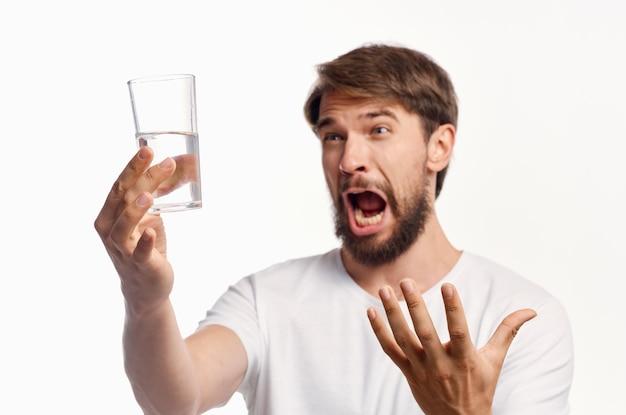 Bel homme eau potable fond isolé. photo de haute qualité