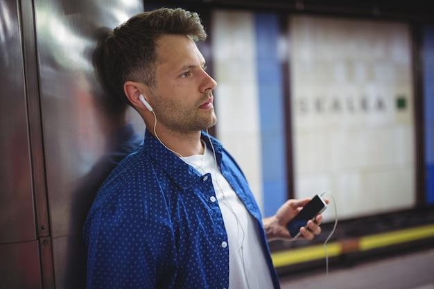 Bel homme, écoute, chanson, sur, téléphone portable
